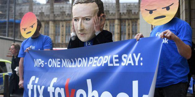Des usagers de Facebook manifestent devant le parlement