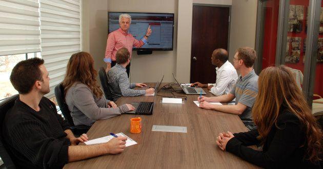Le fondateur Francis Nicloux lors d'une réunion avec ses employés, dans leurs bureaux de