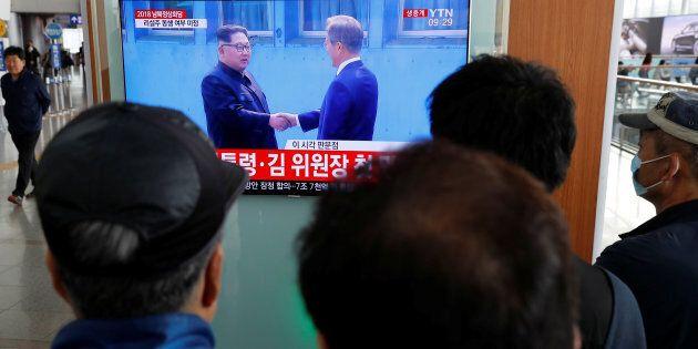 Poignée de main entre les dirigeants des deux Corées sur la ligne de