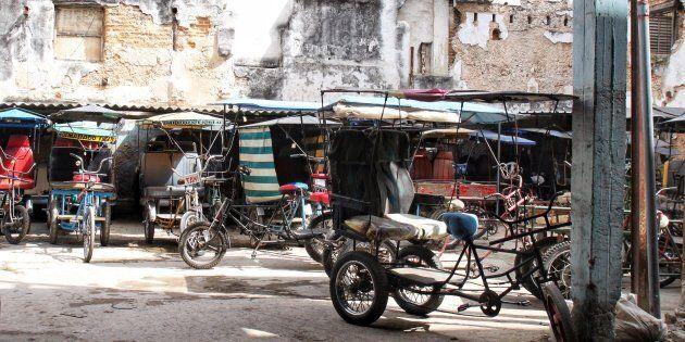 Stationnement de tricycles taxis. Les citadins de la Havane ont rarement un bout de terrain sécuritaire...