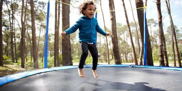 Cet été, vos enfants pourront sauter sur LA trampoline, tranche l'Office québécois de la langue