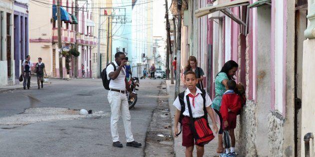 7h45 du matin, une rue de Centro Habana. Les enfants se rendent à l'école, souvent accompagnés d'un parent....