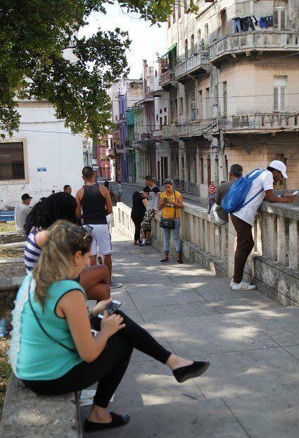 À la Havane, il est peu fréquent de voir en pleine rue quelqu'un consulter  son cellulaire, à moins qu'il fasse ou reçoive un appel. L'accès à internet  dans la ville est limité à certains parcs et quelques places publiques.  En dehors de ces secteurs, internet est inaccessible.