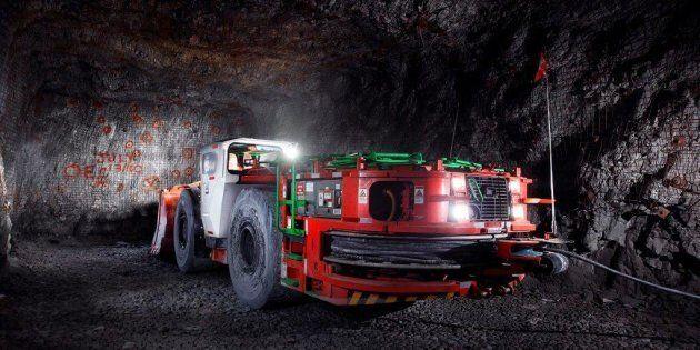 Une chargeuse à navette électrique de la mine Borden.
