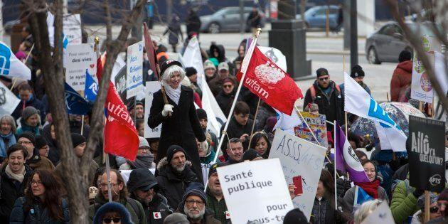 Manifestation UniEs pour la santé, organisée par Médecins québecois pour le régime public (MQRP) à Montréal le 24 mars dernier. L'annulation des hausses de la rémunération des médecins était la première des quatre revendications de la manifestation.