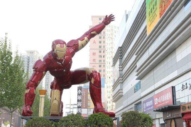 Le superhéro a même sa propre sculpture à Zhengzhou, en Chine.