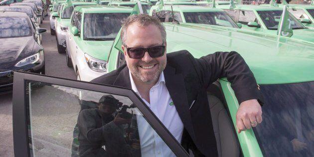 L'homme d'affaires Alexandre Taillefer prend la pose avec sa flotte de taxis électriques Téo Taxi.