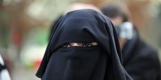 Une femme portant le