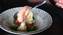 Une crème glacée au crabe servie à