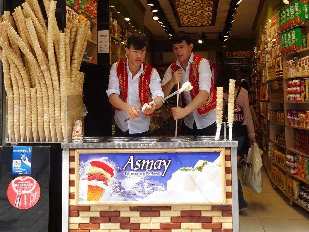 Les vendeurs de dondurma (crème glacée) savent se faire