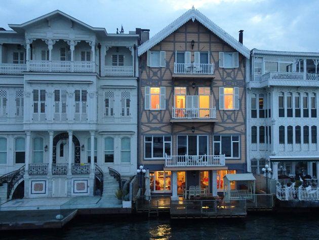 Maisons sur le Bosphore observées à l'occasion d'une croisière