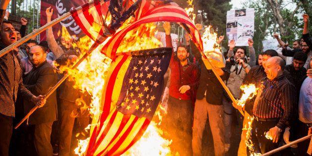 Lors d'une manifestation à Téhéran, des Iraniens ont mis le feu au drapeau
