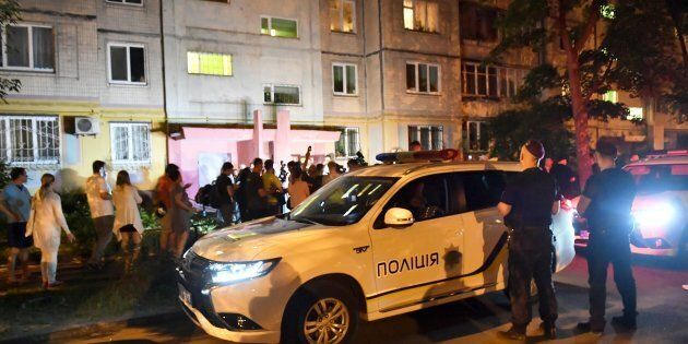 Les journalistes travaillent devant l'immeuble où a été abattu Arkadi Babtchenko,