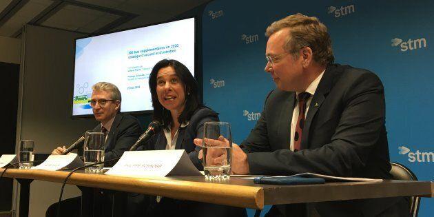 La mairesse de Montréal Valérie Plante (centre), le président du conseil d'administration de la STM,...