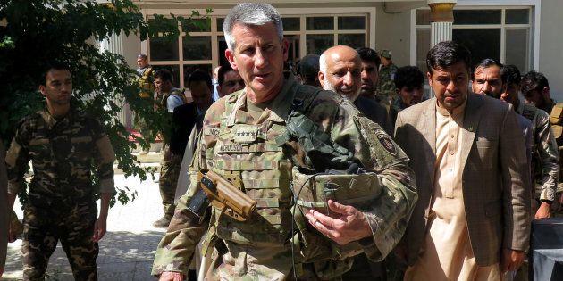 Le général américain John Nicholson avec des dirigeants
