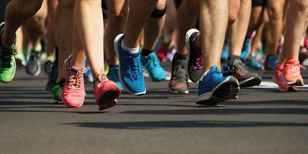 Un coureur inscrit au demi-marathon court le marathon par