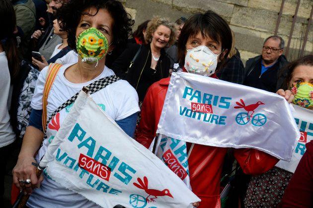 Des sympathisants de la campagne Paris sans voiture brandissant des banderoles lors d'un rassemblement...