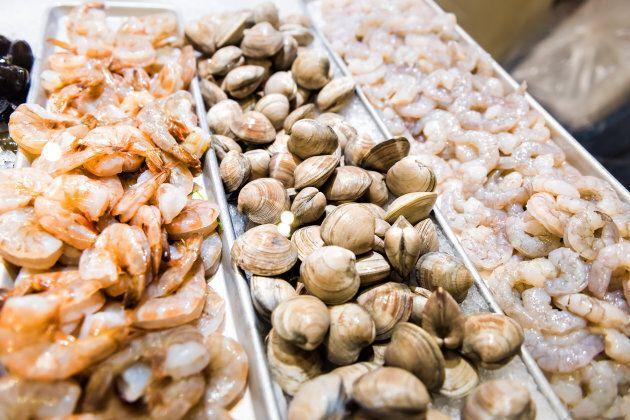 La présence d'OGM inquiète plus les Canadiens lorsqu'ils achètent des poissons et des fruits de mer que...