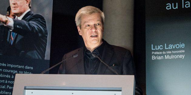 Photo de Luc Lavoie lors du lancement de son livre.