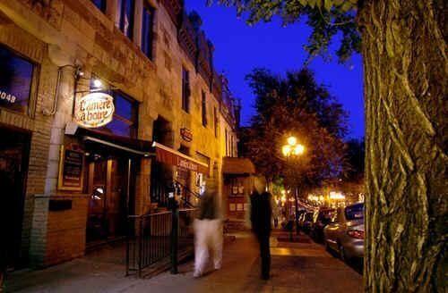 Le bar L'Amère à boire est situé dans le Quartier latin, près de l'Université du Québec à Montréal.