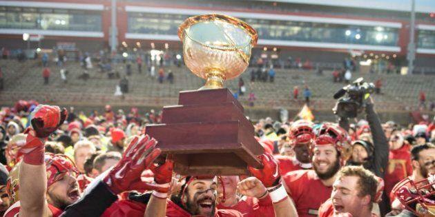 Le Rouge et Or défait les Golden Hawks 36-6 et remporte la Coupe