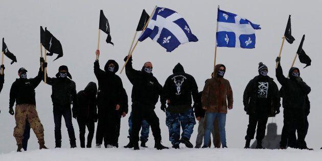 Des manifestants des groupes d'extrême droite d'Atalante et des Soldats d'Odin manifestent sur les rempart...