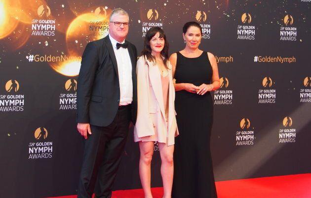 Le producteur Vincent Gagné, l'actrice Sophie Cadieux et l'auteure Isabelle Langlois sur le tapis rouge du Festival de Télévision de Monte-Carlo.