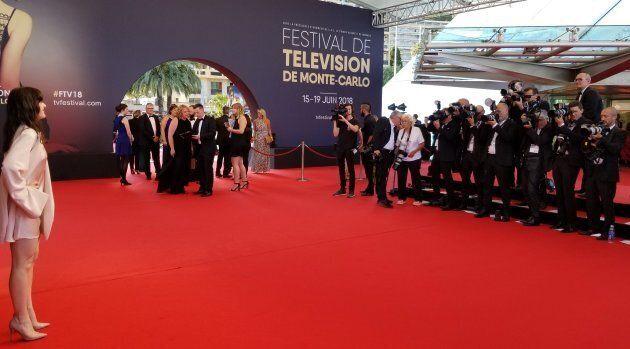 L'interprète de Valérie fait face aux photographes avant la cérémonie de clôture du Festival de Télévision de Monte-Carlo.