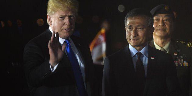 Donald Trump à son arrivée accompagné du ministre des Affaires étrangères de Singapour Vivian