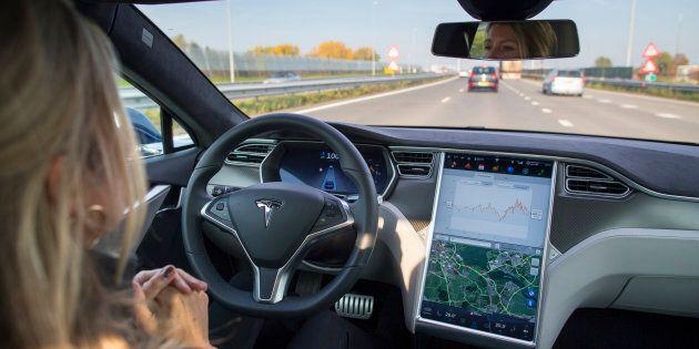 Elon Musk promet des fonctions de conduite autonome dans les Tesla en