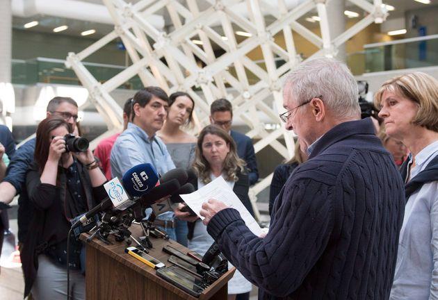 Raymond Bissonnette et Manon Marchand ont tenu à s'adresser aux médias en sortant du palais de