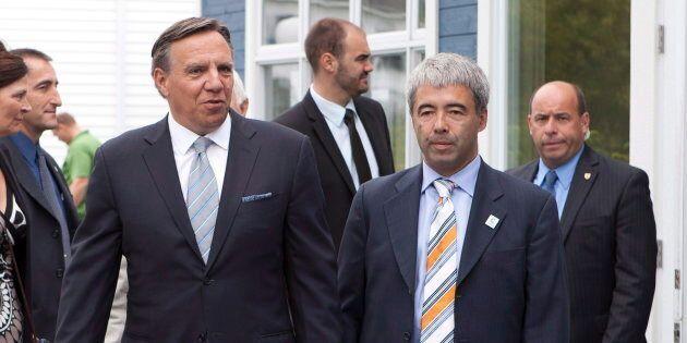 Le chef de la CAQ Francois Legault avec son candidat Stéphane Le Bouyonnec lors d'une conférence de presse à Rivière-du-Loup en 2012.