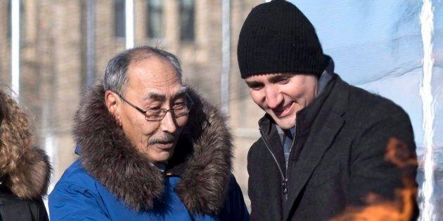 Le premier ministre du Nunavut Paul Quassa et le premier ministre du Canada Justin Trudeau regardent...