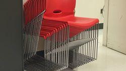 Cette photo de chaises empilées va vous retourner le