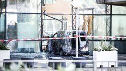 Une camionnette défonce la façade d'un tabloïd