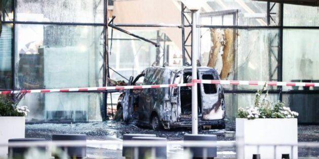 Une camionnette défonce la façade du tabloïd néerlandais De