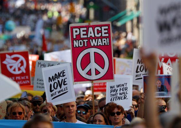 Des milliers de personnes manifestent avant le sommet entre Trump et
