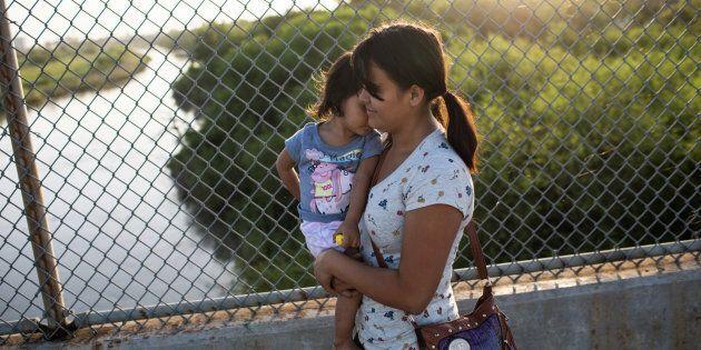 Des Canadiens manifestent contre la séparation des familles aux