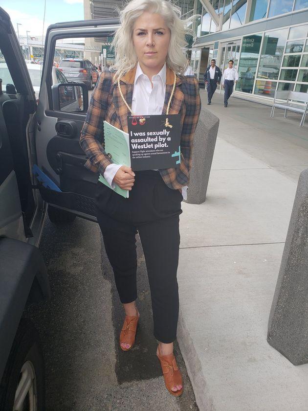 Le mois dernier, Mandalena Lewis a été escortée hors de l'aéroport de Vancouver, où elle distribuait...