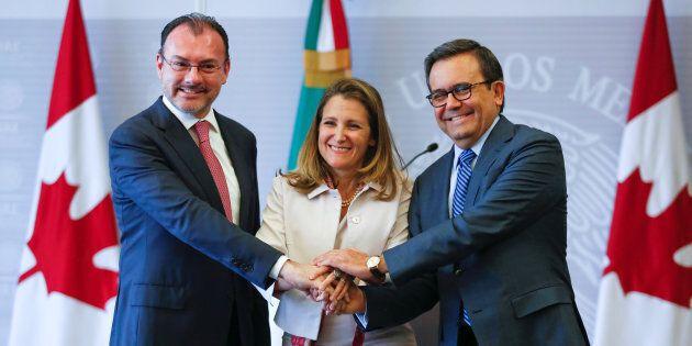 Chrystia Freeland (centre) avec le ministre des Affaires étrangères du Mexique, Luis Videgaray, et celui...