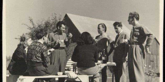 Maurice Perron, Pique-nique à Saint-Hilaire, 1947. Épreuve à la gélatine argentique, 9,4 × 9,3 cm. Fonds...
