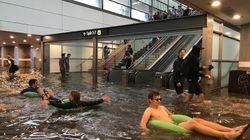 À Uppsala en Suède, les pluies diluviennes inondent une gare et ça donne des idées à