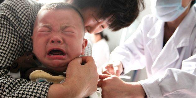 Un enfant reçoit un vaccin dans un hôpital de la ville de Huaibei, dans l'est de la