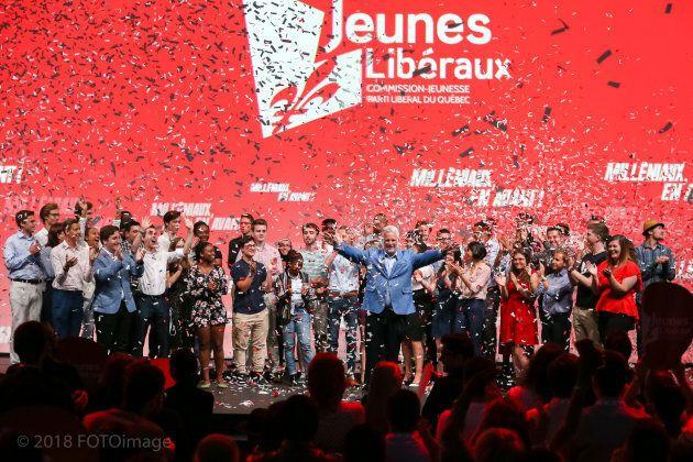 Le chef libéral entouré de plusieurs jeunes militants, après avoir annoncé la date du début de la campagne.
