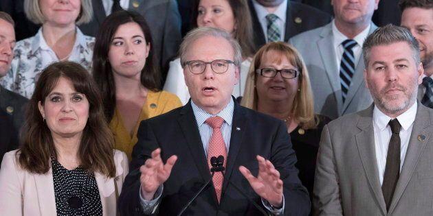 Jean-François Lisée entouré de son caucus à la fin de la dernière session