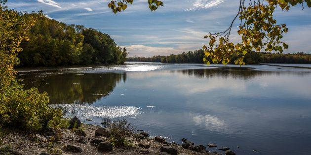 Cet espace vert, en plus de servir de poumon, sera le refuge de marcheurs, de parents avec leurs enfants et de coureurs. Photo de la rivière des Prairies, Laval.