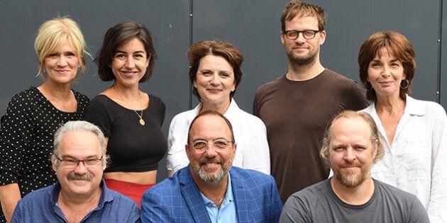 Denis Bernard, en bas au centre, entouré d'artistes qui seront en vedette à La Licorne lors de la prochaine