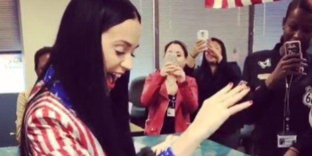 Pour son anniversaire, Katy Perry est allée voter dans une tenue très