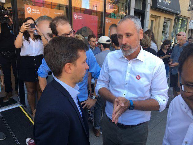 Vincent Marissal, candidat solidaire dans Rosemont, discute avec le coporte-parole de QS, Gabriel Nadeau-Dubois.