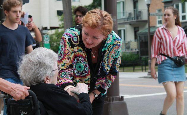 Une dame âgée se souvient de Diane Lavallée comme de l'ancienne présidente de la FIQ, un syndicat